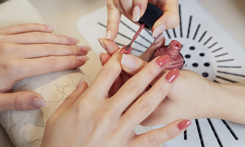 smalto e danni alle unghie
